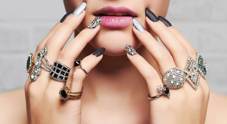 mulher com vários anéis semijoias representando o estilo pessoal glamouroso