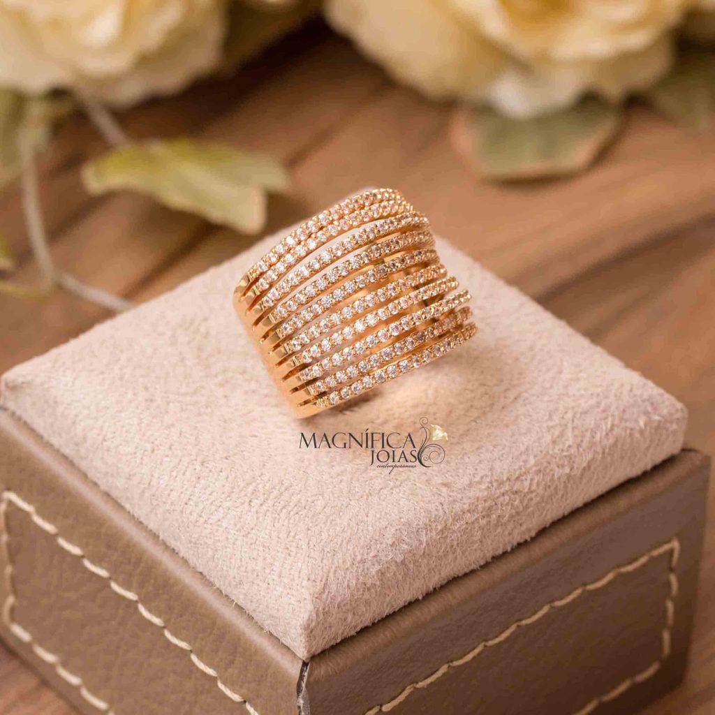 anel dourado cravejado com micro zirconia semijoia