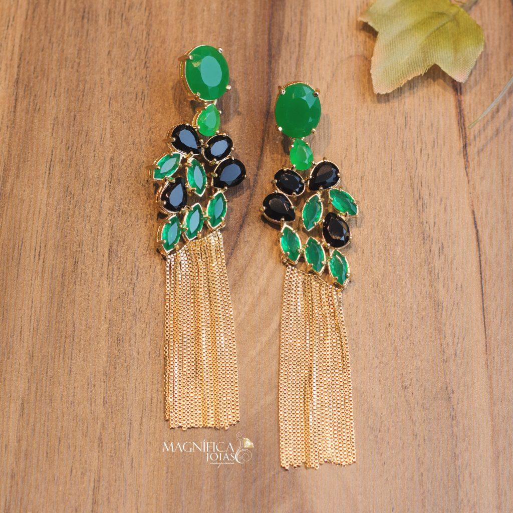 brinco dourado de franja com pedra verde e preta semijoia