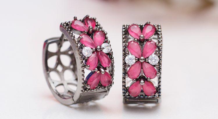 Brinco argola cravejada rodio negro com pedra rosa semijoia