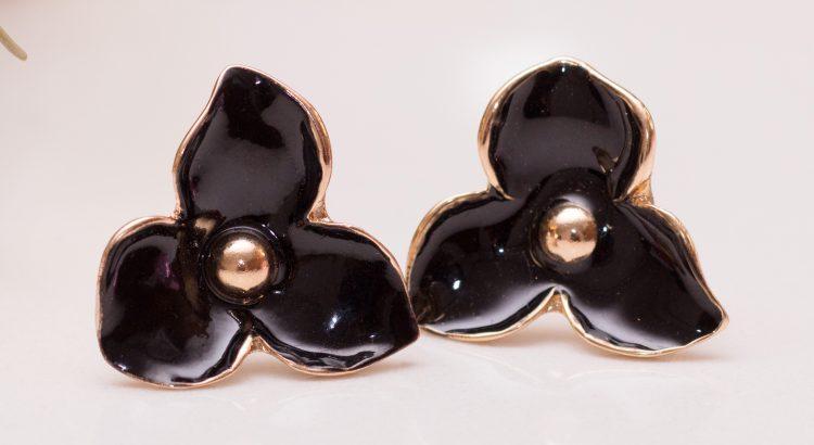 Brinco dourado pequeno de flor preto semijoia esmaltada esmalte preto magnifica joias