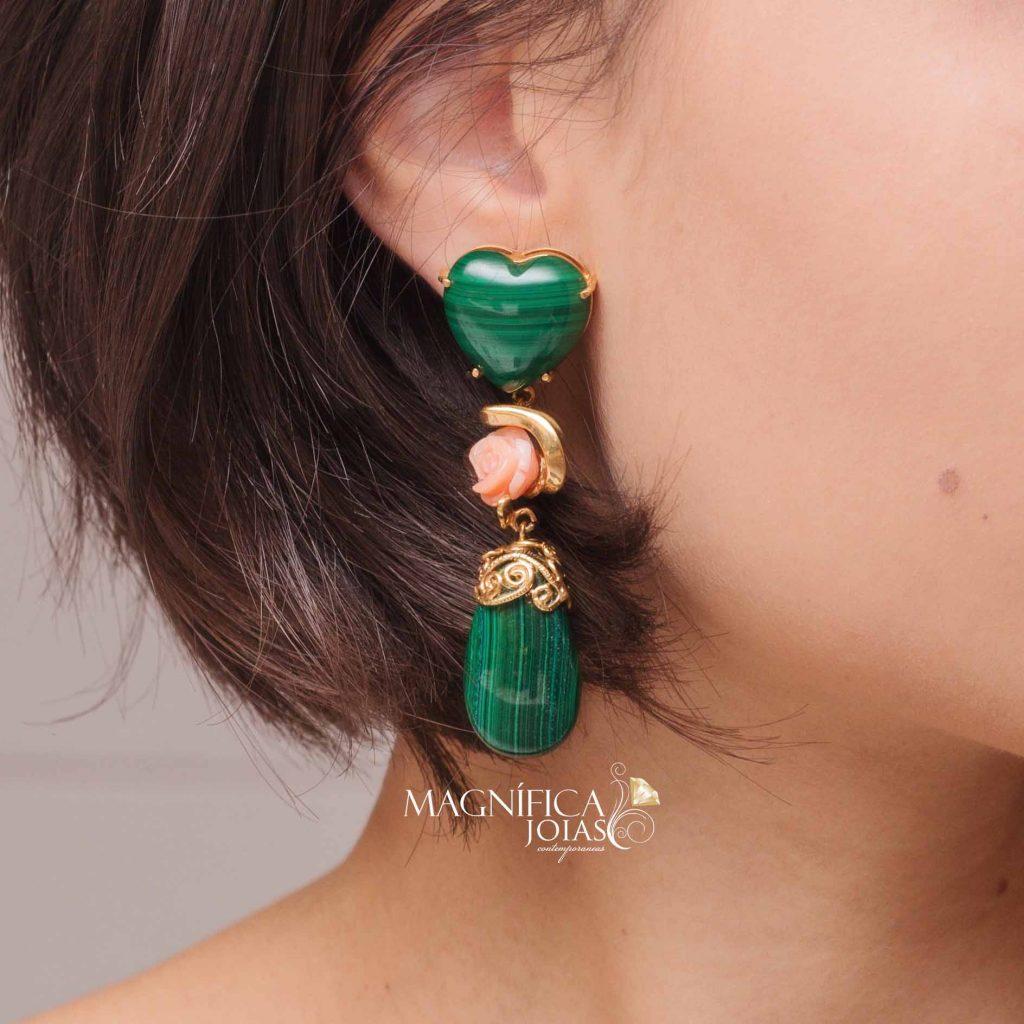 Brinco dourado com pedra malaquita verde e living coral semi joia