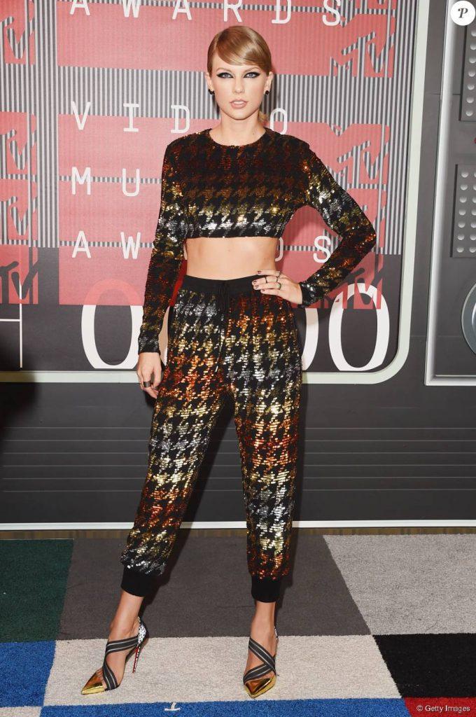 Taylor Swift com conjunto fashion