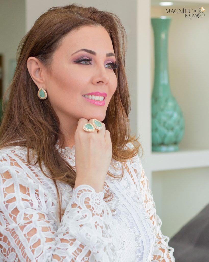 Imagem com anel e brinco com pedra verde joia