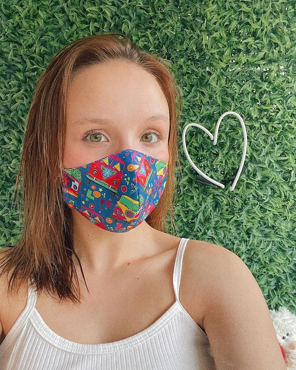 Larissa Manoela usando máscara que a sogra fez para ela usar na quarentena