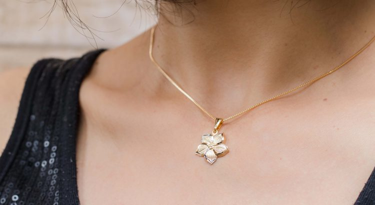Banner colar de flor em ouro três tons semijoia