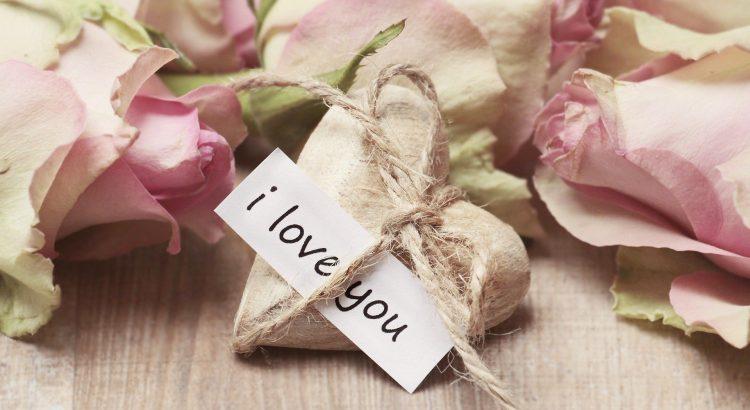 """Banner dia dos namorados com rosas e coracao escrito """"eu te amo"""" em ingles"""