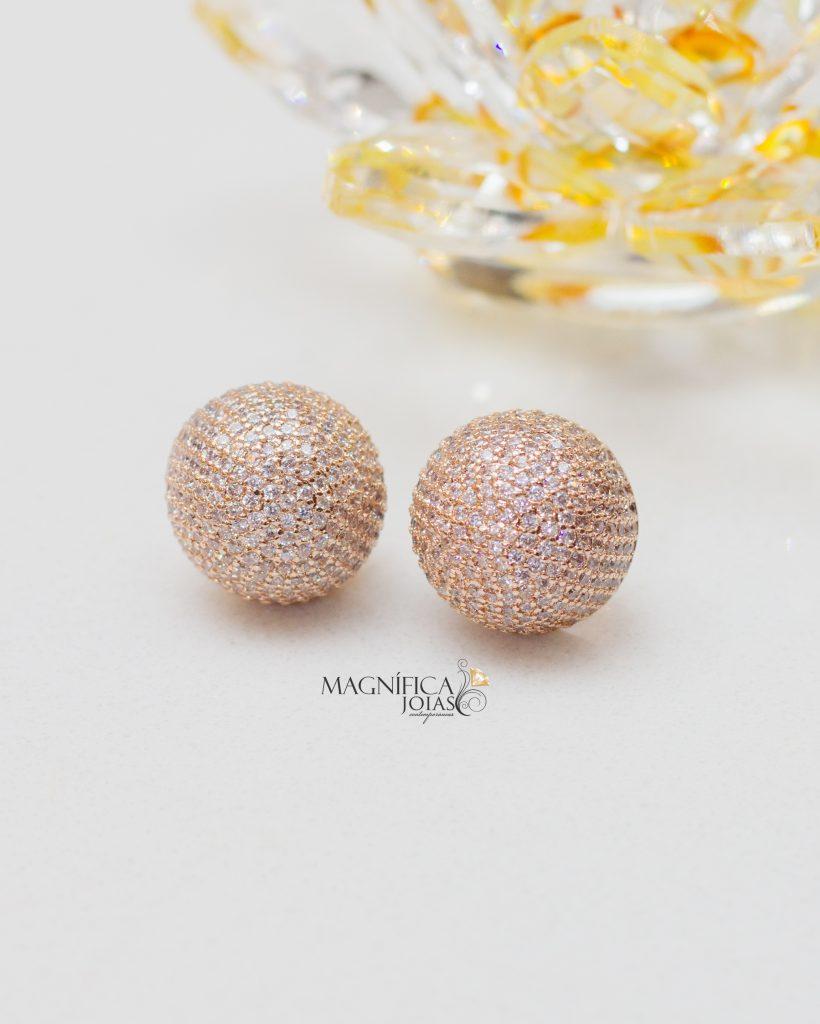 Brinco de bola em ouro rosé cravejado com zircônias
