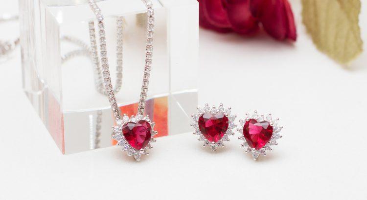 Banner conjunto de coração choker e brincos com cristal rubi cravejados com zircônias semijoia