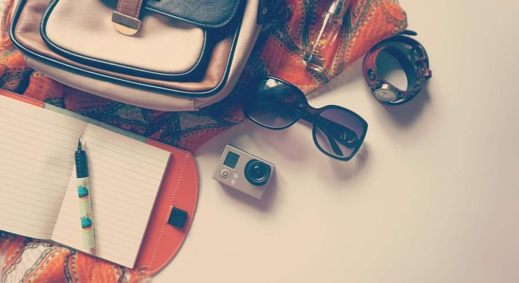 bolsa feminina com acessórios