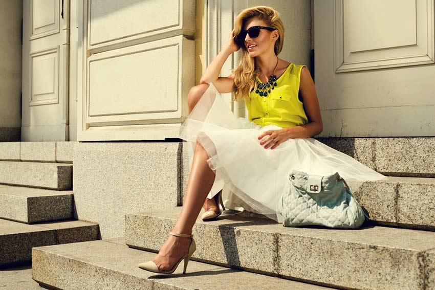 mulher usando vestido casual com acessórios semijoia