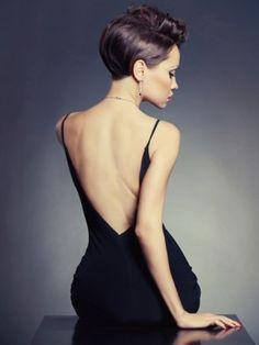 mulher usando vestido de festa preto com colar e brinco minimalista