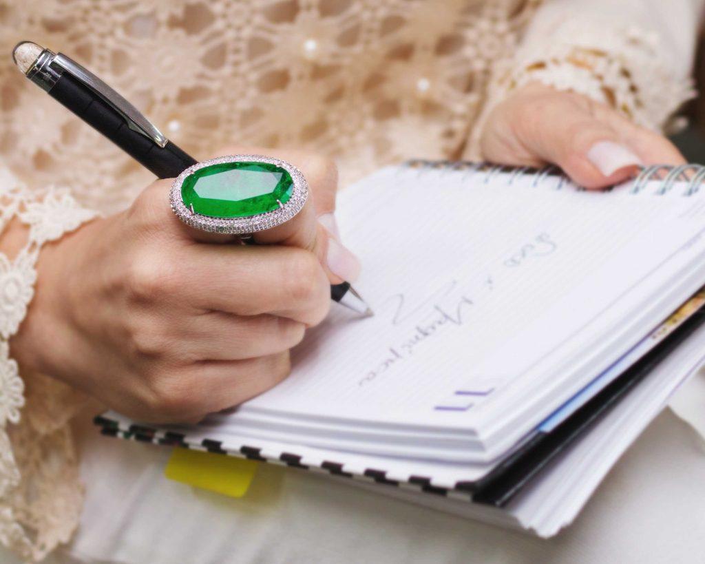 Foto mulher escrevendo numa agenda