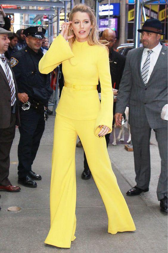 Atriz com conjunto tradicional amarelo